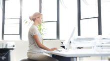 Swiss Ball : l'accessoire idéal pour réduire le mal de dos au bureau