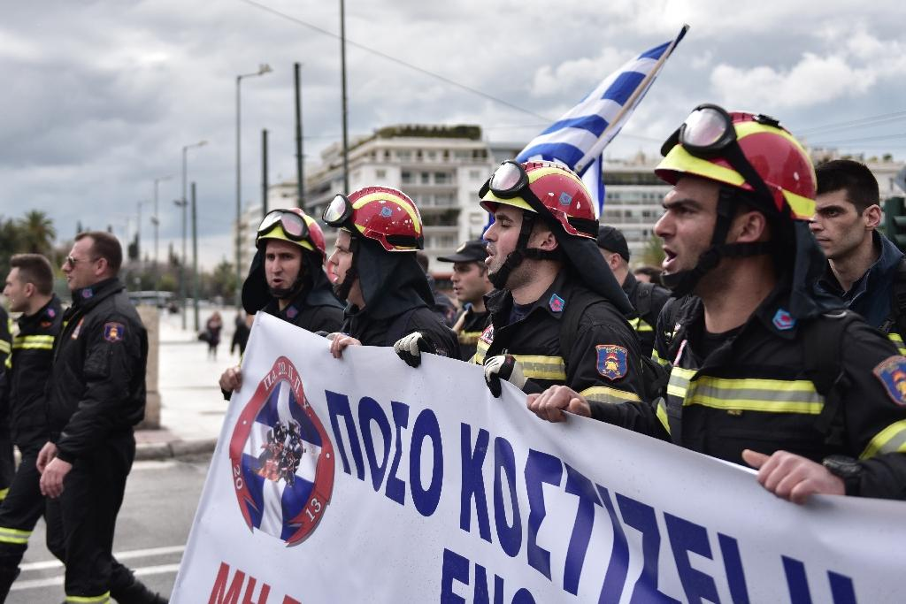 Firefighters rally in central Athens on February 8, 2016, to protest job conditions (AFP Photo/LOUISA GOULIAMAKI)