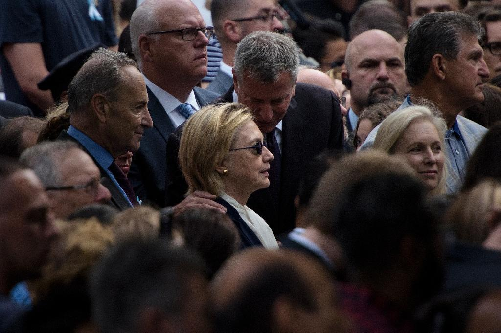 New York City Mayor Bill de Blasio speaks to US Democratic presidential nominee Hillary Clinton during a memorial service on September 11, 2016 (AFP Photo/Brendan Smialowski)