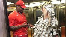 Vicky Xipolitakis se puso un traje lleno de dólares y repartió dinero por Nueva York