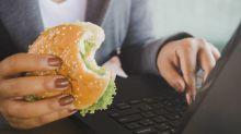 Une Américaine critique un resto sur internet, le patron débarque chez elle