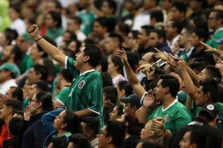 Foto de archivo de un grupo de hinchas mexicanos alentando a su equipo en el Estadio Azteca