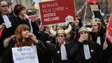 Réforme des retraites : des avocats bloquent les entrées du tribunal de Paris