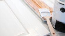 Frau streicht den Schrank ihres Mannes – und aus Versehen seine Kleidung darin