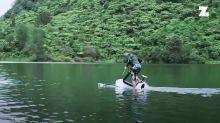 Ecco la bici elettrica capace di pedalare sull'acqua