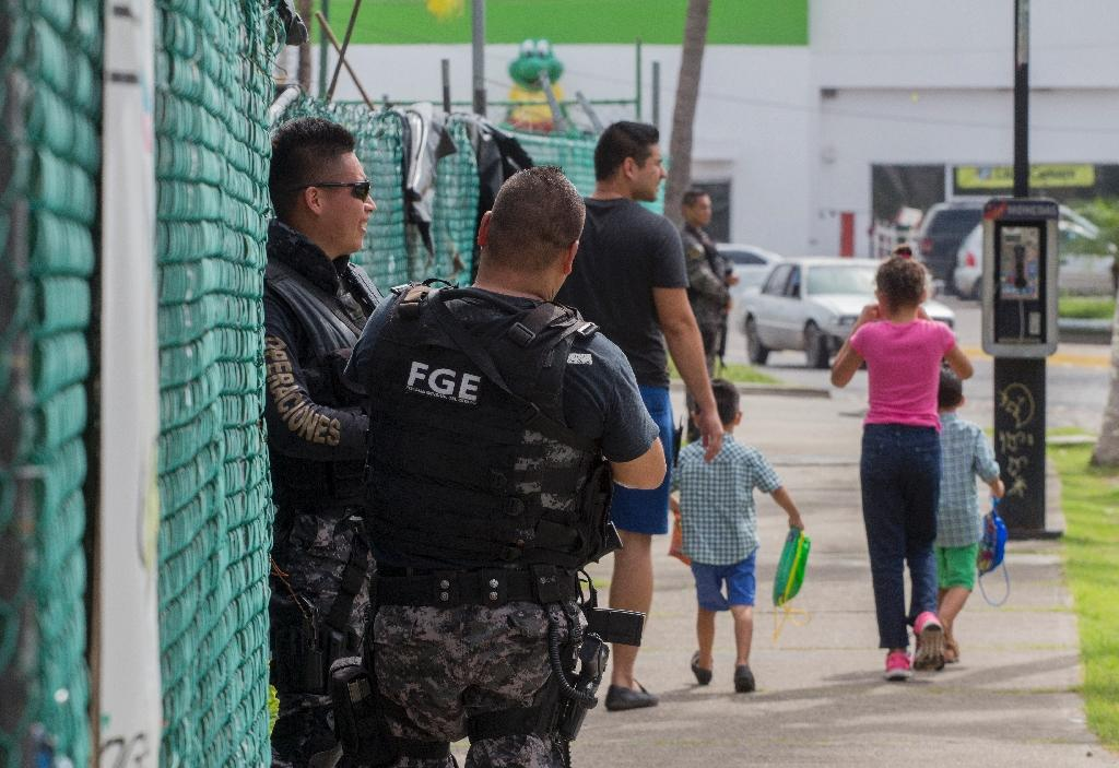 """State police patrol during a security operation in Puerto Vallarta, in the Mexican state of Jalisco following the kidnap of the son of drug lord Joaquin """"El Chapo"""" Guzman (AFP Photo/Hector Guerrero)"""