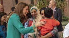 Kate trägt für Teeparty mit junger Krebspatientin in Pakistan ein Plastik-Diadem