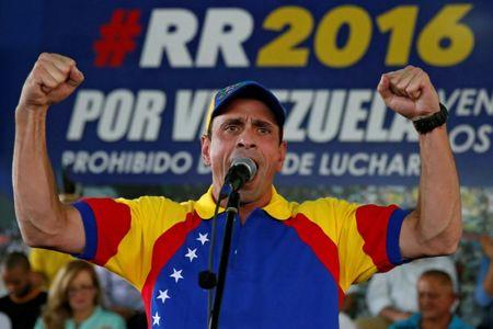 Venezuelan opposition leader and Governor of Miranda state Henrique Capriles speaks to supporters during a meeting with representatives of the Venezuela's coalition of opposition parties (MUD) in Caracas, Venezuela September 26, 2016. REUTERS/Carlos Garcia Rawlins