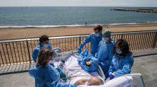 Covid-19 : à Barcelone, on emmène les malades à la plage pour les soigner