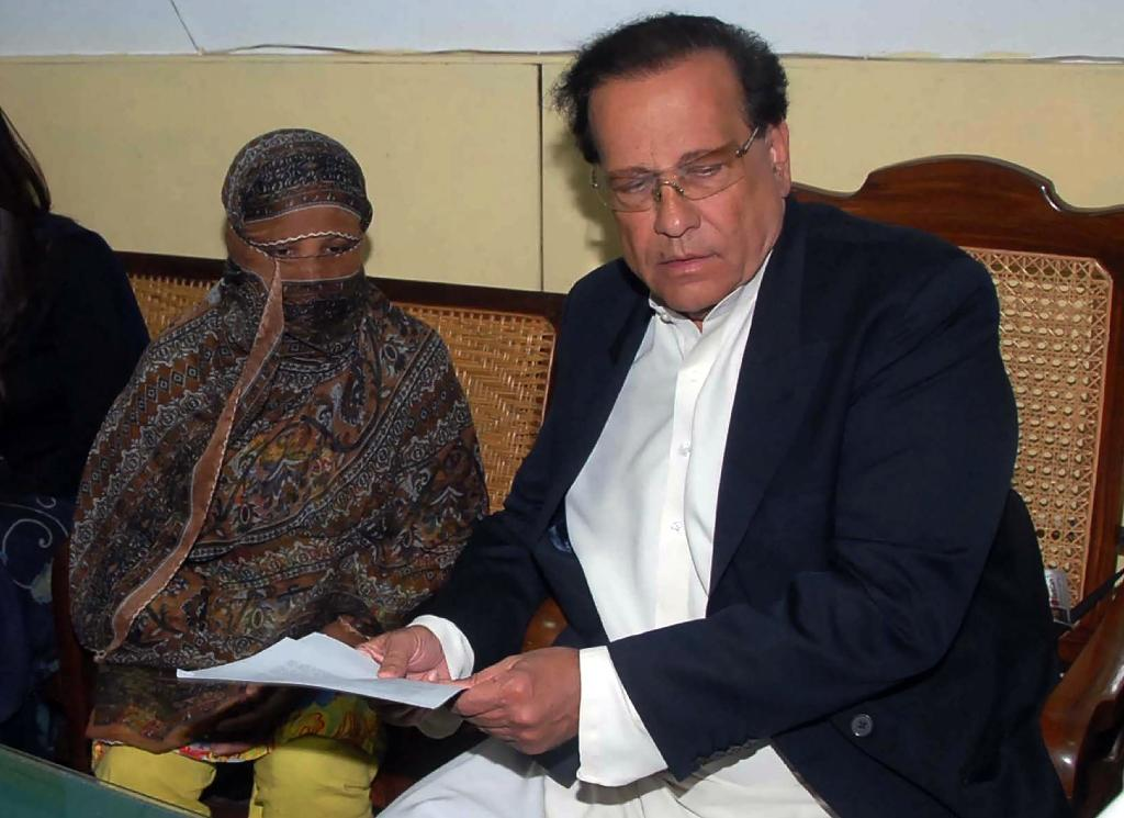 Asia Bibi (left) pictured alongside former governor of Punjab Salman Taseer who was later assassinated for supporting Christian minorities (AFP Photo/HANDOUT)
