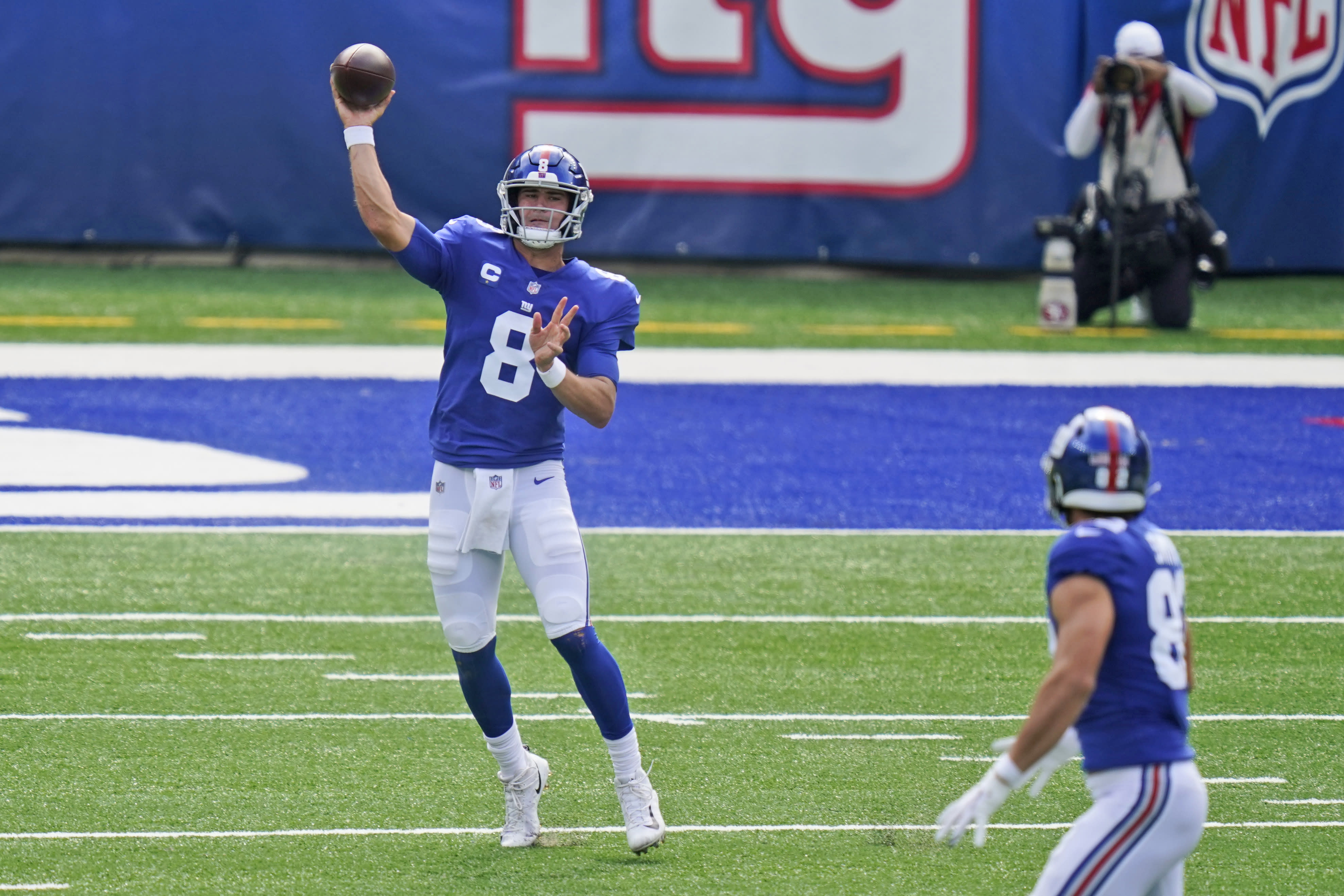 New York Giants quarterback Daniel Jones throws during the first half of an NFL football game against the San Francisco 49ers, Sunday, Sept. 27, 2020, in East Rutherford, N.J. (AP Photo/Corey Sipkin)