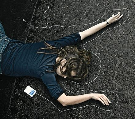 Clever ad depicts iPod deaths -- look both ways, kids