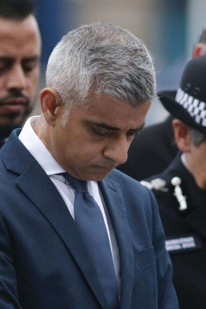 London Mayor Sadiq Khan bows his head during a vigil for the London attack victims in Potters Fields Park (AFP Photo/Daniel LEAL-OLIVAS)