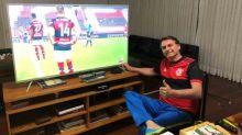 Jair Bolsonaro publica foto com camisa do Flamengo assistindo final do Carioca
