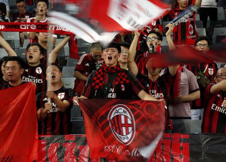 IMAGEN DE ARCHIVO: Fanáticos chinos del AC Milan apoyando al equipo en Shenzhen, China.