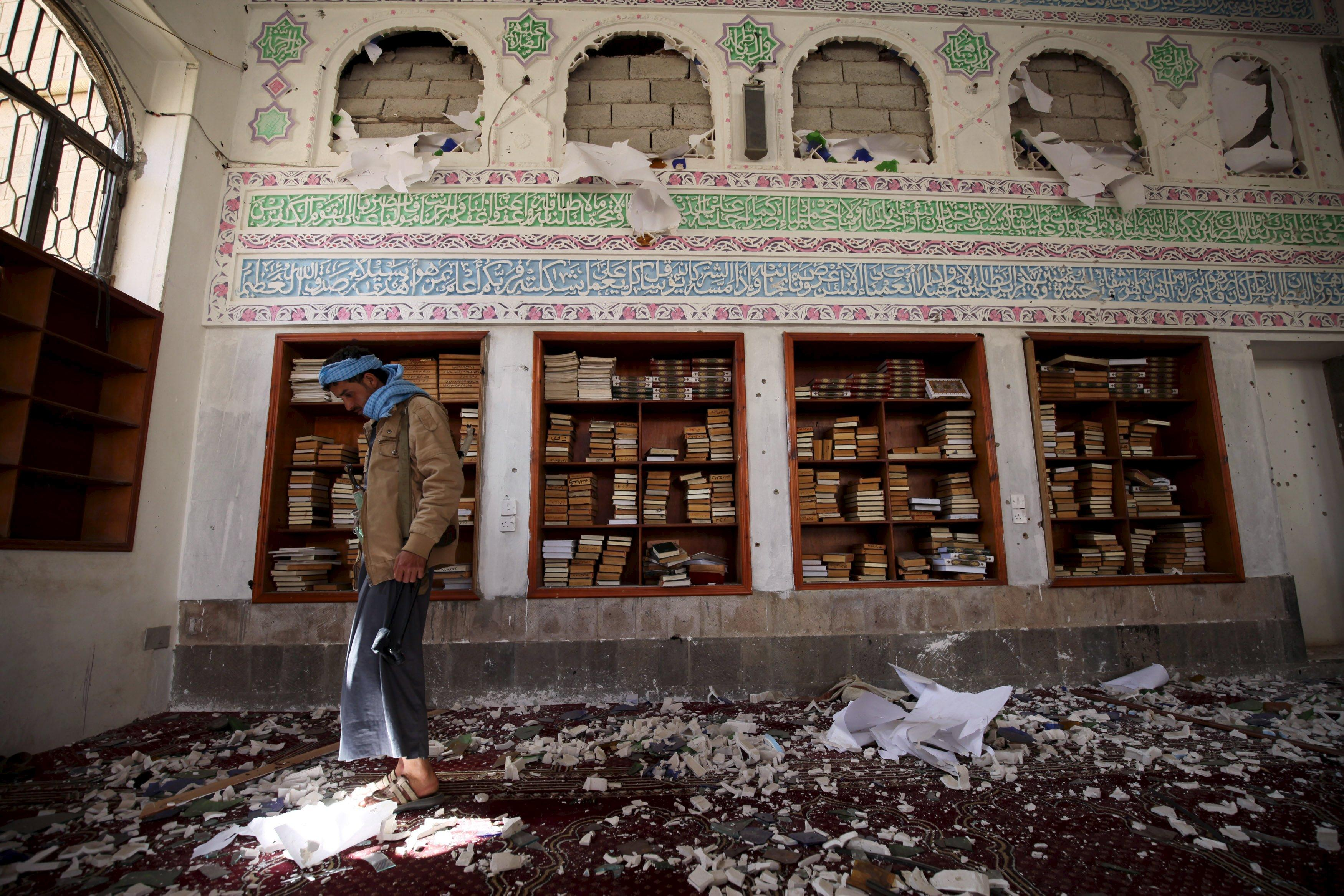 A Houthi militant looks on after a suicide bomb attack at a mosque in Sanaa March 20, 2015. At least 87 people were killed when four suicide bombers blew themselves up in two mosques in the Yemeni capital Sanaa during Friday prayers, a medical source told Reuters. The source said at least 260 people were wounded in the blasts. Both mosques are known to be used mainly by supporters of the Shi'ite Muslim Houthi group which has seized control of the government. REUTERS/Mohamed al-Sayaghi TPX IMAGES OF THE DAY