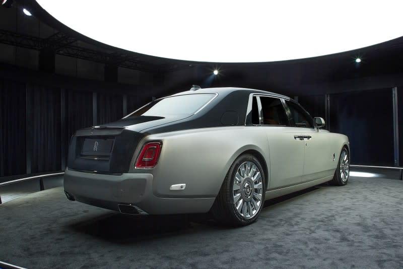 經典的2:1比例、短前懸與長後懸,垂直車頭與傾瀉車尾、粗壯C柱等設計全數保留。