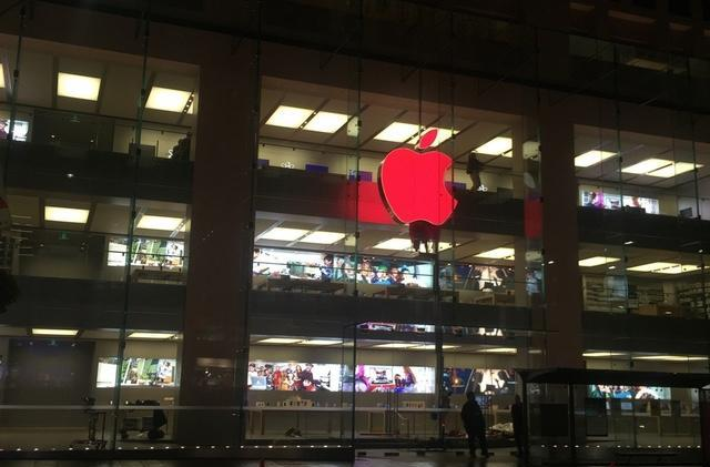 Apple turning lighted store logos red for World Aids Day 2014