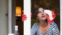 Puedes limpiar los cristales... con suavizante de ropa (sí, has leído bien)