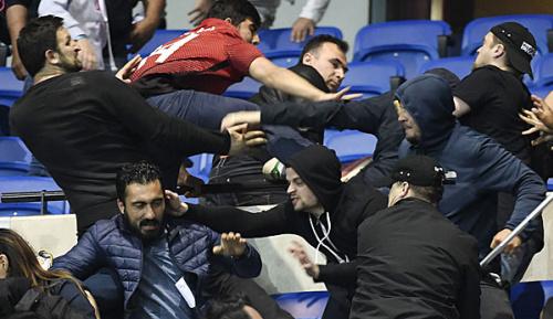Europa League: Chaos in Lyon: Hunderte Fans flüchten auf den Rasen