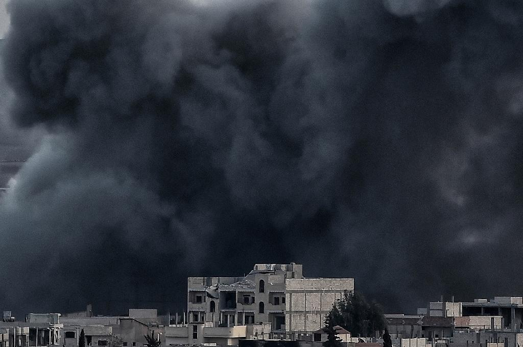 Smoke rises after an airstrike from US-led coalition in the city of Kobane, also known as Ain al-Arab, on November 9, 2014 (AFP Photo/Aris Messinis)