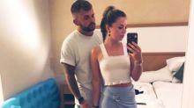 Paar schickt Urlaubsfoto an Eltern - die bemerken ein peinliches Detail