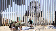Mural dinding perbatasan interaktif menceritakan kisah-kisah yang dideportasi