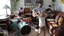 Padres e hijos crean un grupo musical para alegrar la cuarentena ¡suenan como profesionales!
