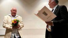 Preisverleihung: Telefonberater der Aids-Hilfe bekommt Ehrenamtspreis