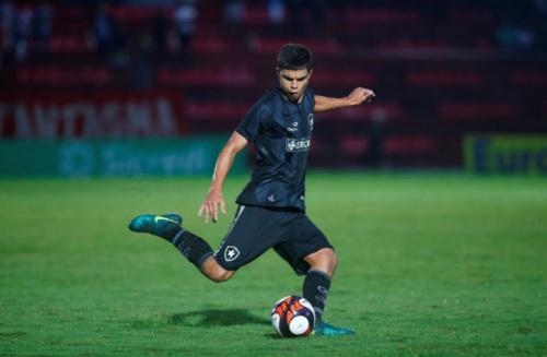 Botafogo 'deixa de lado' contratação de lateral e sobe destaque da base