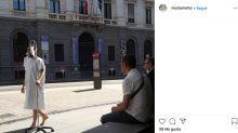 Un artista recorre Milán 'disfrazado' de paciente de COVID-19 para denunciar la gestión de la crisis sanitaria