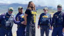 """Jason Momoa é """"detido"""" em protesto no Havaí por uma boa causa"""