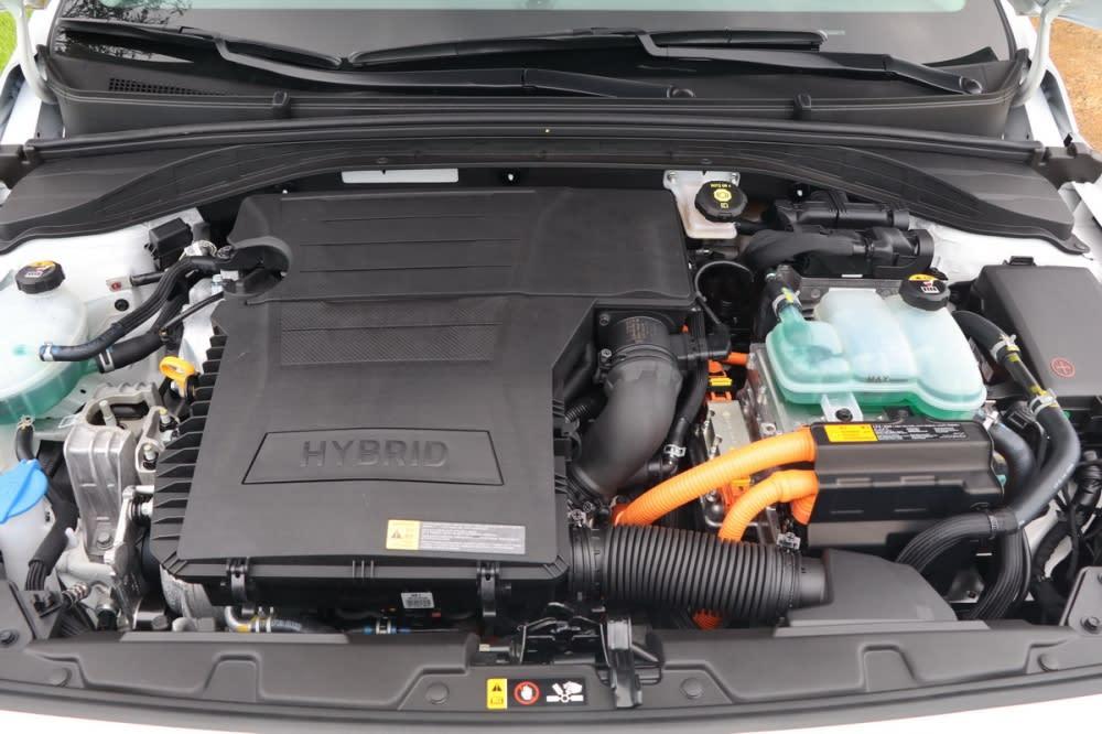 Ioniq的油電複合動力以一具1.6L四缸缸內直噴引擎為主體,加上電動馬達與鋰電池模組使得綜效馬力來到141hp/27kgm