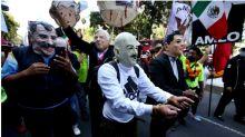 """Seguidores de AMLO """"detienen y apresan"""" a expresidentes"""