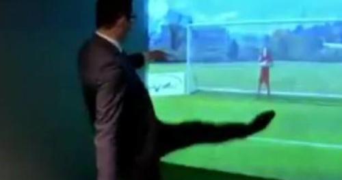 Foot - WTF - Benoît Hamon (PS) rate tous ses penalties au musée des Verts