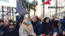 Bari, fedeli in piazza per il Papa: compare qualche mascherina