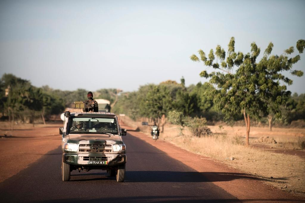 A Malian soldier holds a machine gun in a jeep on the road back from Mopti, on January 19, 2013 in Kongena (AFP Photo/Fred Dufour)