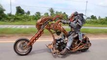 ¡Predator llegó a la Tierra! Pillan a un motorista disfrazado sobre una moto con forma de Alien