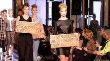 Modelos protestam contra Bolsonaro durante desfile em Berlim