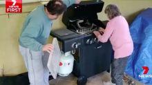 Furchtlose Großmutter zieht zwei Pythons aus Grill