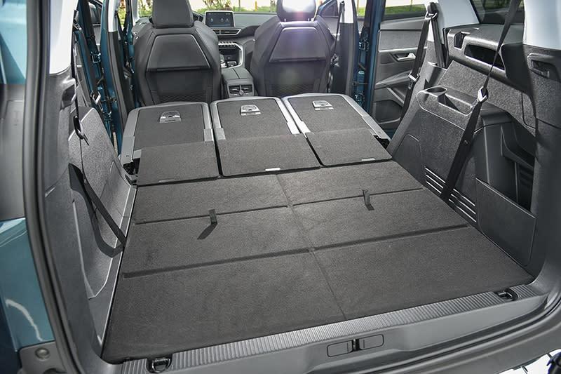 五人座模式下具備780升行李廂置物容積,若將後兩排座椅完全收折,更能旋即將載運空間擴展至1940升,同時底板極其平整。
