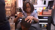 Menina de 8 anos corta cabelo de crianças carentes de graça