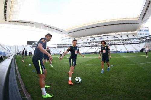 'Em casa' na Arena, Marquinhos vê Seleção respeitada, mas evita euforia