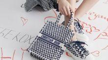 Dior Book Tote 換上藍色波點!與休閒造型超合襯的新配色登場了