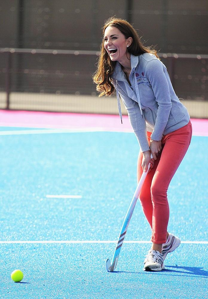 Kate looked cute and casual in coral skinny jeans while playing hockey with the Olympic team.
