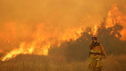 Wildfire chases 20,000 people from homes near Los Angeles
