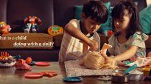 ¿Es bueno que los niños varones jueguen con muñecas? Este anuncio demuestra que sí