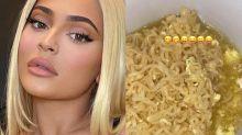 Web se choca com Kylie Jenner, com U$ 1 bi na conta, comendo miojo com ovo