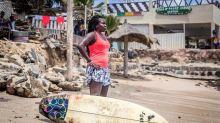 Khadjou Sambe, la primera surfista profesional de Senegal