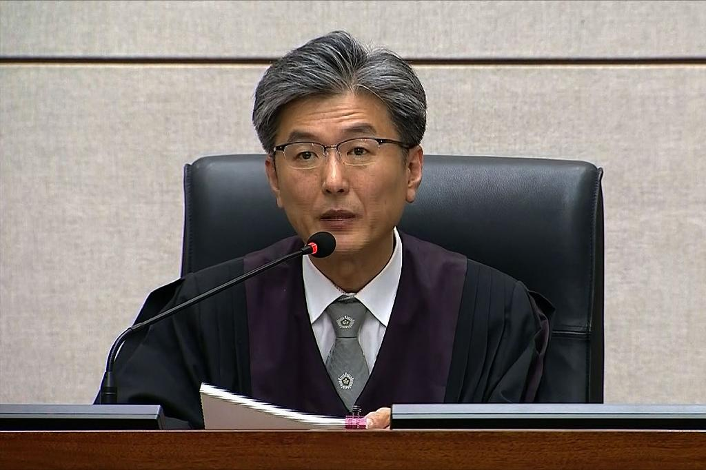 Judge Kim Se-yoon reads the verdict in the trial of disgraced former President Park (AFP Photo/Seoul District Court)